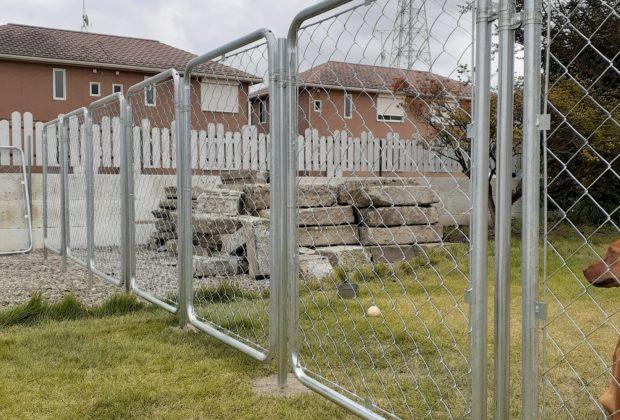 70年代不動産/那須塩原市/リノベーション/新南ビーチハウス お庭にフェンス取付中です。